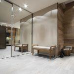 13 pisos laminados e vinílicos para decorar com madeira clara